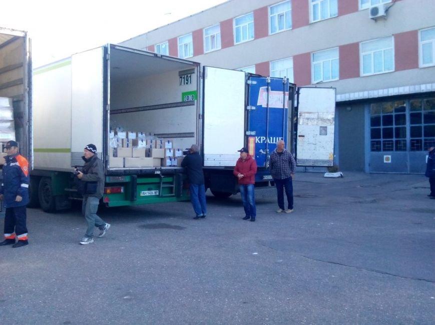 Масло и консервы для «перемещенников»: из Харькова в зону АТО пошел конвой с гуманитарной помощью для жителей Донбаса (фото) - фото 2