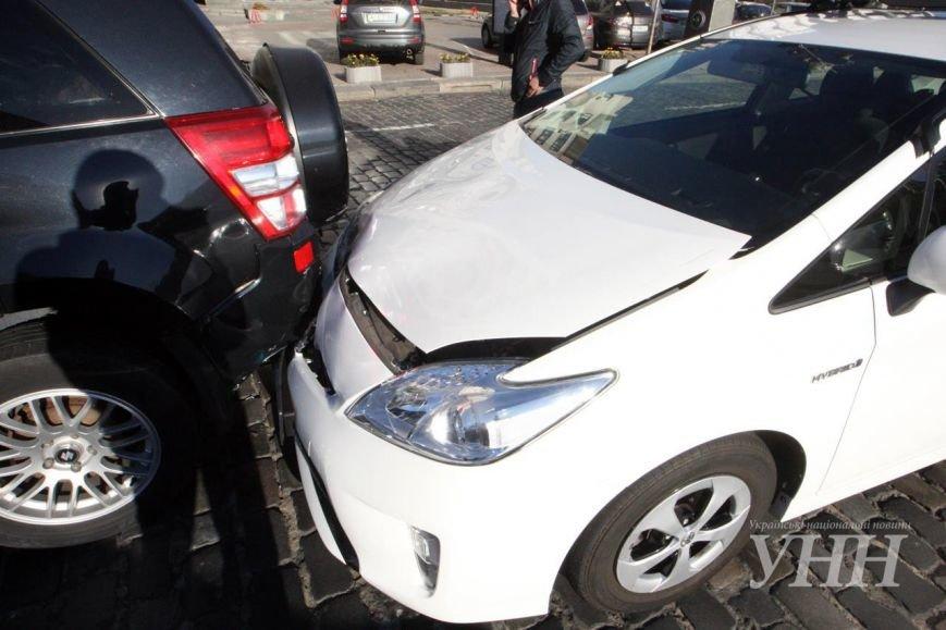 На Крещатике автомобиль МВД столкнулся с легковушкой (ФОТОФАКТ) (фото) - фото 1
