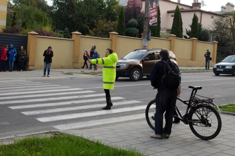 Львівським дітлахам допомагають переходити дорогу (ФОТО) (фото) - фото 1