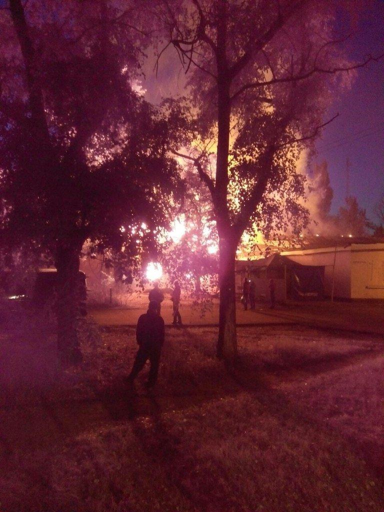 Пожар на Макулане в Кривом Роге и пламя высотой в многоэтажный дом вчера вечером заставили жителей микрорайона поволноваться (ФОТО, ВИДЕО) (фото) - фото 1