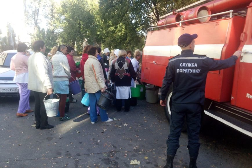 В Першотравенске спасатели обеспечивают население города водой (фото) - фото 1
