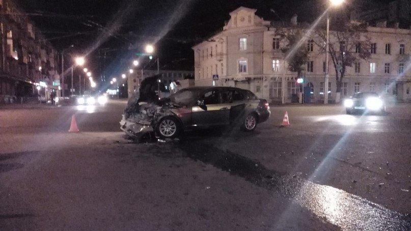 Фотофакт: вчера поздно вечером возле универмага «Гомель» перевернулся микроавтобус (фото) - фото 1