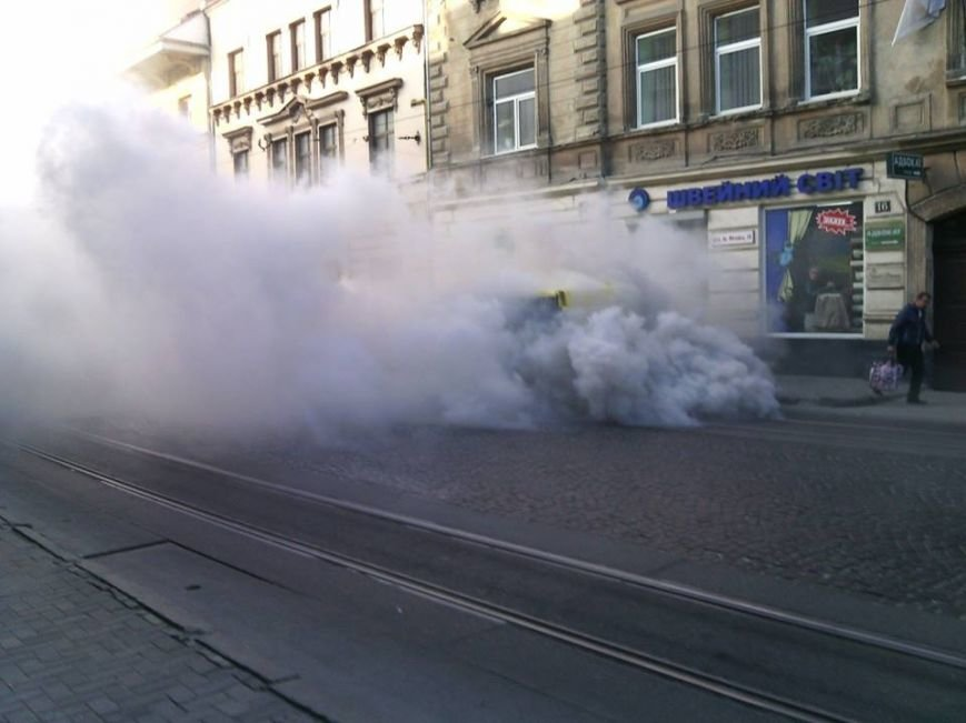 У Львові на проїжджій частині загорівся автомобіль (ФОТО), фото-2