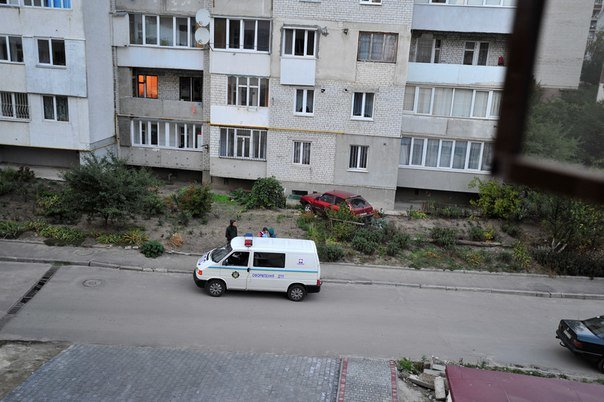 У Тернополі в багатоквартирний будинок в`їхала автівка (фото) (фото) - фото 1