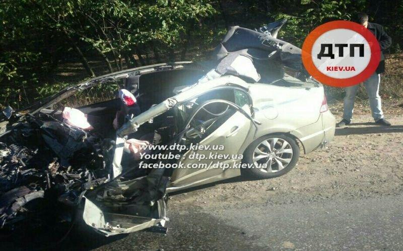 В Киеве водитель легковушки погиб, врезавшись в грузовик (ФОТО), фото-2