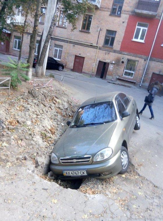 «Ловушка для Ланоса»: на Конном рынке автомобиль провалился в яму (ФОТО) (фото) - фото 1