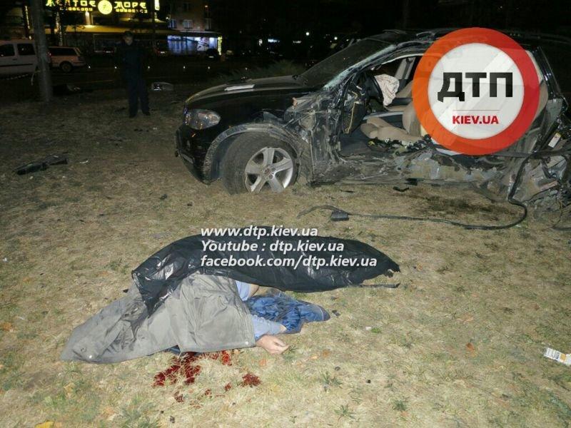 На Оболони водитель BMW X5 врезался в столб, погиб пассажир (ФОТО), фото-1