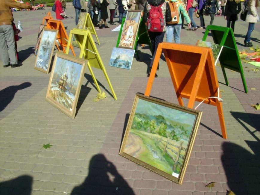 В центрі Тернополя студенти малюють просто неба на бруківці (фото) - фото 1