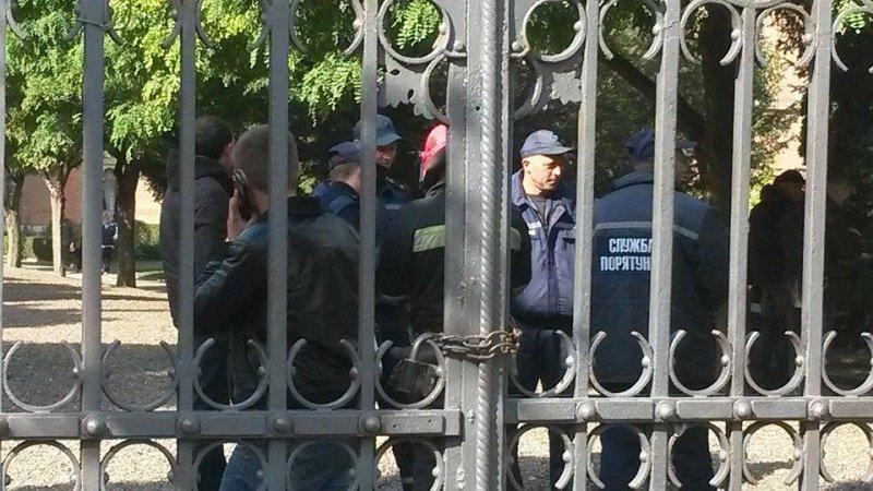 Рятувальники та правоохоронці Чернівців шукають в ЧНУ вибуховий пристрій (фото) - фото 1
