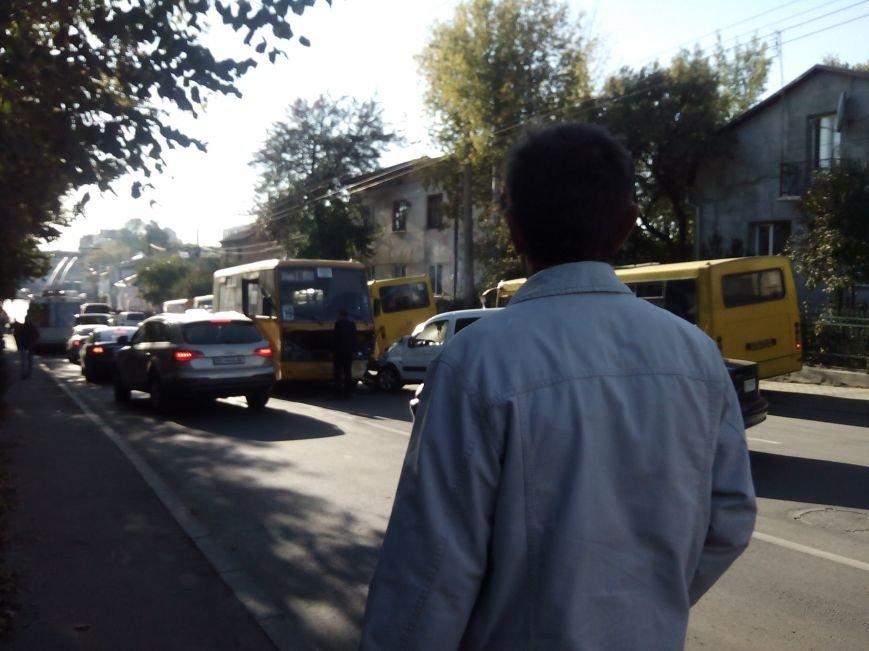 У Тернополі на вул. Збаразькій зіткнулися маршрутка легківка (фото) (фото) - фото 1