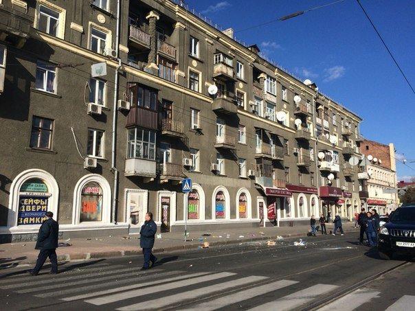 В Харькове афроамериканец устроил« шоу» на балконе: размахивал гениталиями и бросался хламом (ФОТО+ВИДЕО) (фото) - фото 1
