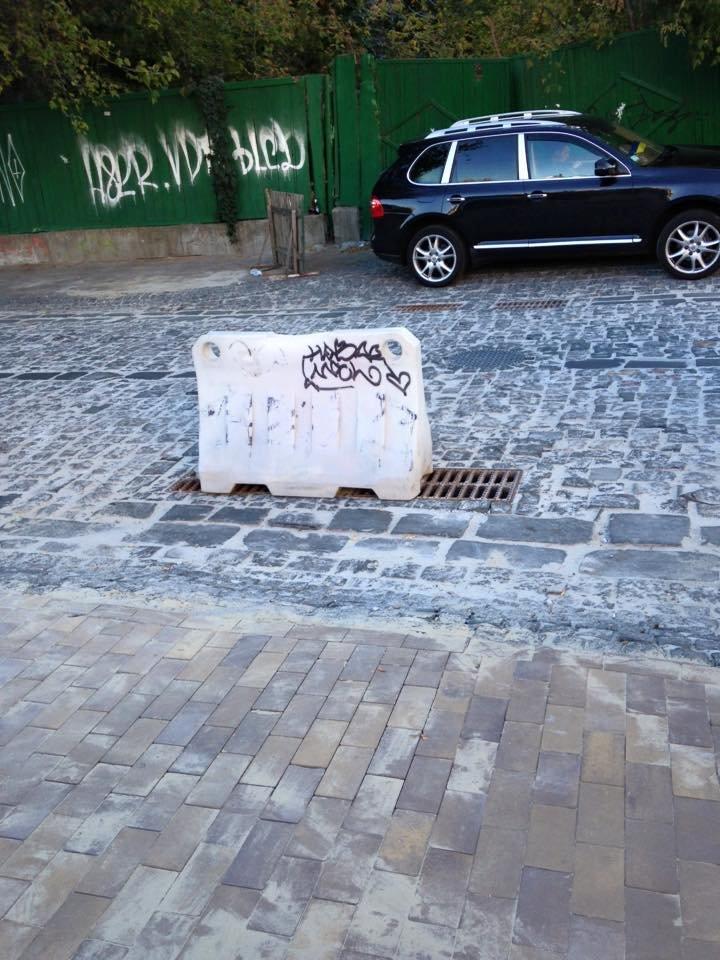 Коммунальщики отремонтировали яму, которая могла стать портретом Кличко (ФОТОФАКТ), фото-1