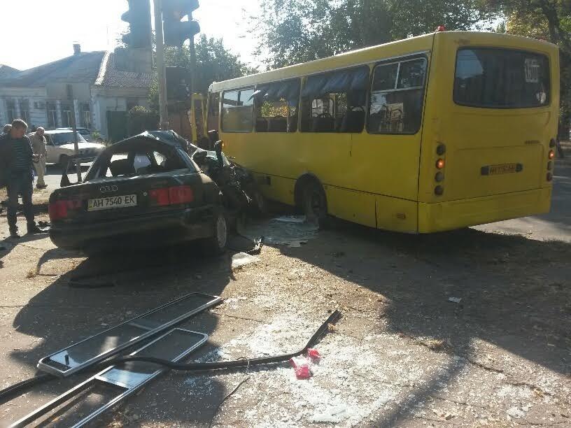 В Мариуполе «Ауди» стлокнулась с пассажирским «Богданом». Пострадало 8 человек (ФОТО) (фото) - фото 1