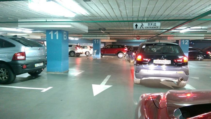 В Oceanplaza произошла пробка из-за желания собрать средства за парковку (ФОТО) (фото) - фото 1