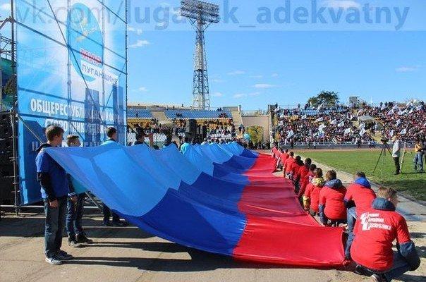 В Луганске «народный» форум провели на фоне желто-голубых трибун (ФОТО), фото-2