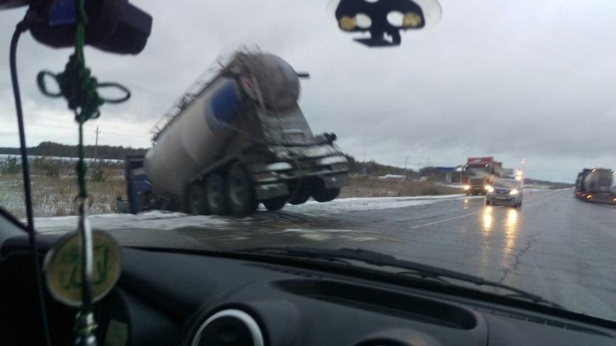 Под Ульяновском в кювет слетел цементовоз (фото) - фото 1