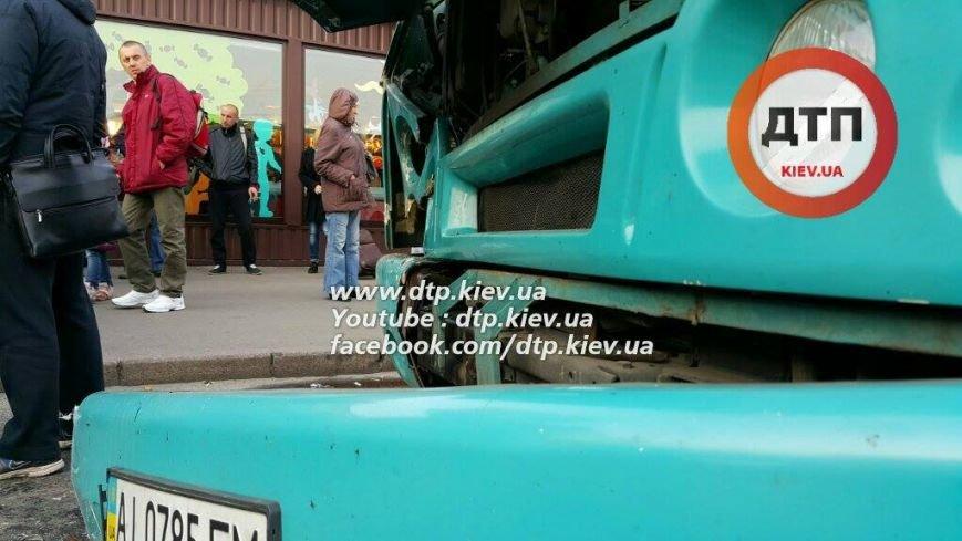 В Киеве в столкновении двух маршруток пострадал ребёнок (ФОТО), фото-1