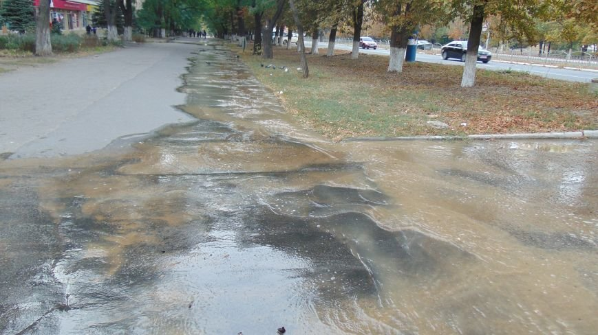 В Мариуполе авария трубопровода превратила тротуар на проспекте Ленина в реку (ФОТОФАКТ) (фото) - фото 1