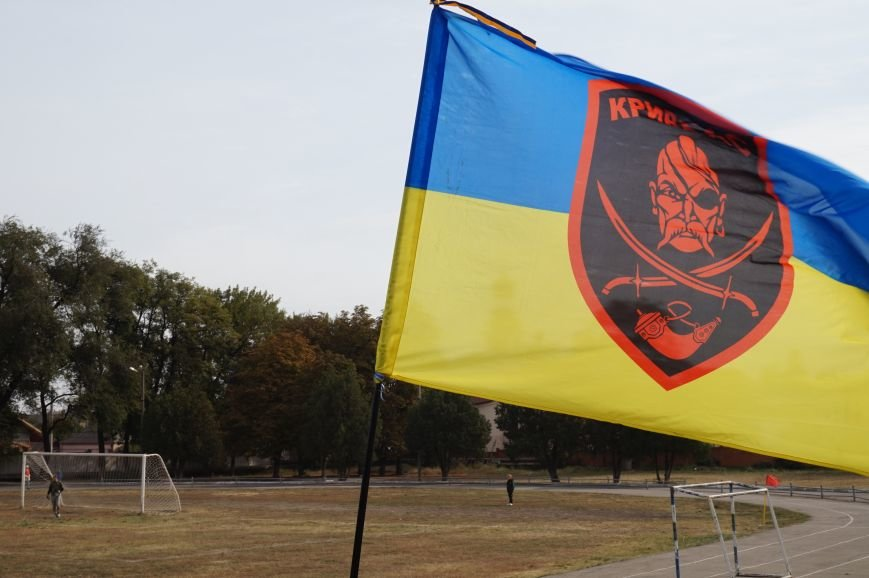 Криворожские волонтеры сыграли товарищеский матч с бойцами АТО (ФОТО) (фото) - фото 1