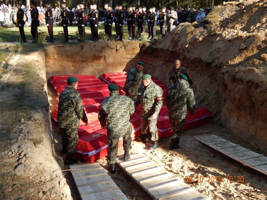 На Сумщине перезахоронили останки 125 солдат, замученных в лагере военнопленных (ФОТО) (фото) - фото 1