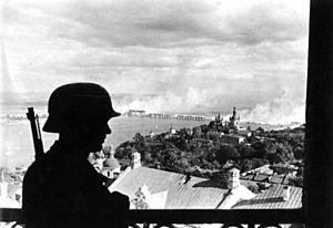 Bundesarchiv_Bild_183-L20208,_Ukraine,_Kiew,_deutscher_Wachposten_auf_der_Zitadelle