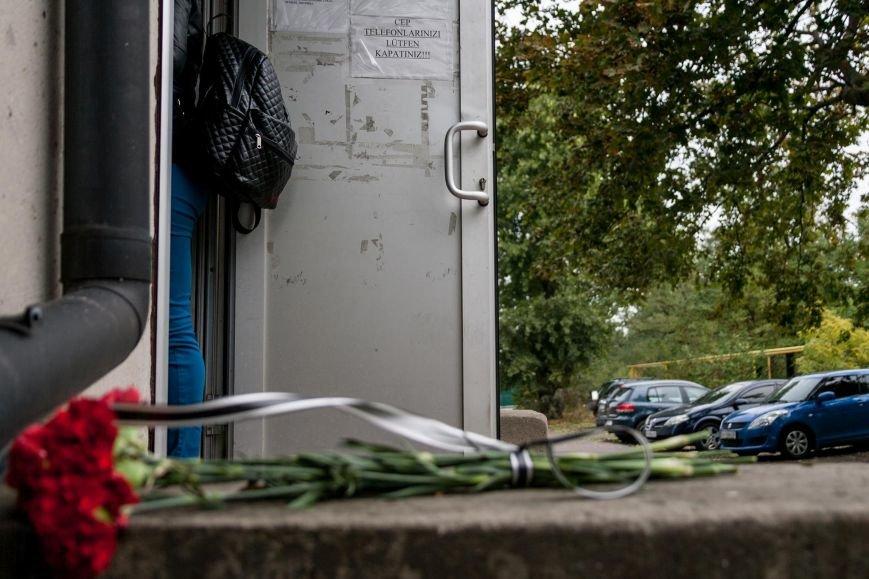 После теракта в Анкаре одесситы приносят цветы к турецкому консульству (ФОТО) (фото) - фото 2