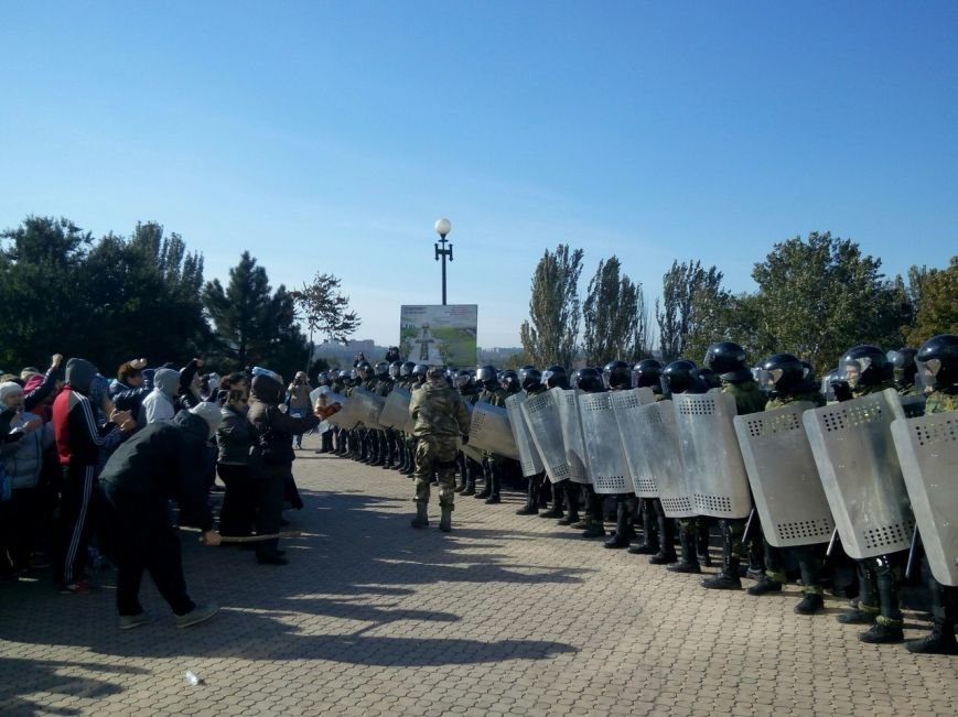 В Мариуполе отряд титушек напал на городскую избирательную комиссию (ФОТО+ВИДЕО) (фото) - фото 1