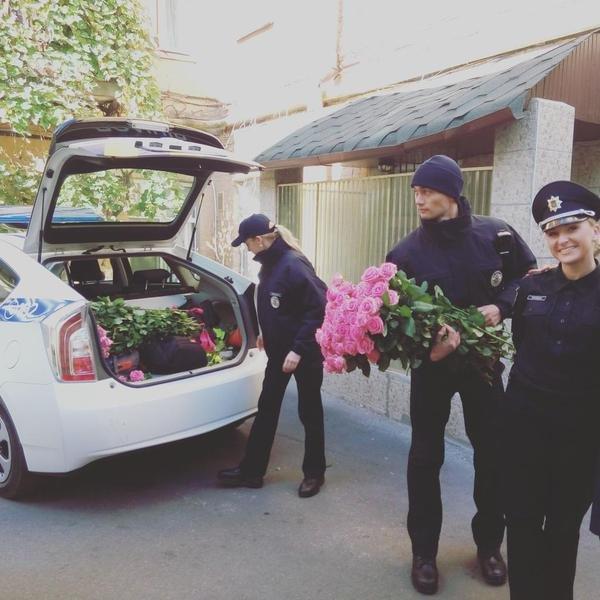 В Киеве патрульные раздают женщинам розы (ФОТОФАКТ) (фото) - фото 1