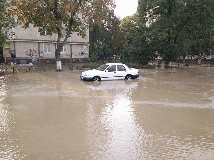 На Борщаговке улицу затопило горячей водой (ФОТОФАКТ), фото-1