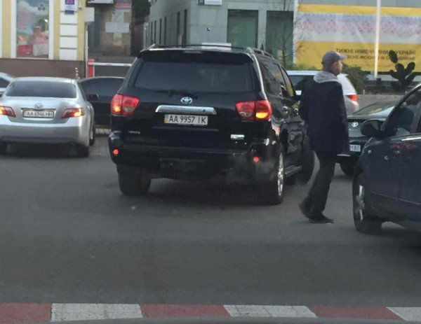 В Киеве внедорожник Кличко припарковали посреди дороги (ФОТОФАКТ) (фото) - фото 1