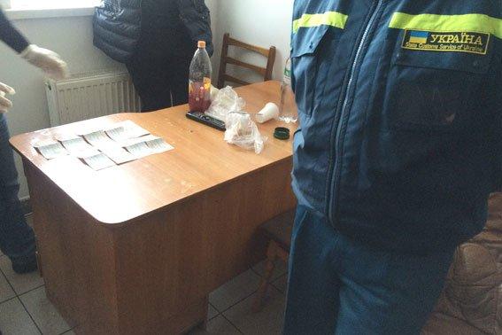 З'явилось фото, як працівник львівської митниці отримує хабар (ФОТО) (фото) - фото 4
