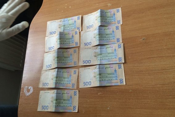 З'явилось фото, як працівник львівської митниці отримує хабар (ФОТО) (фото) - фото 2