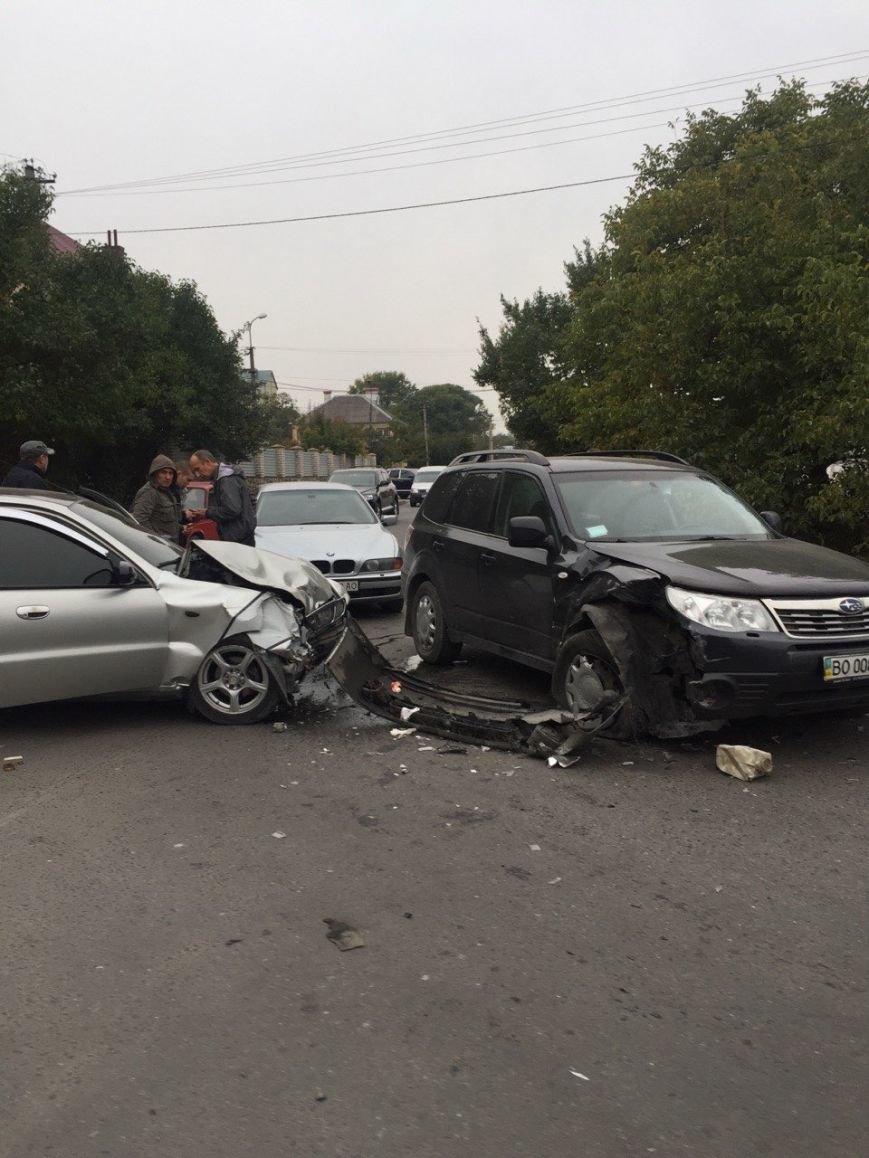 Понівечені автівки: у Тернополі зіткнулися автомобілі (ФОТО) (фото) - фото 1