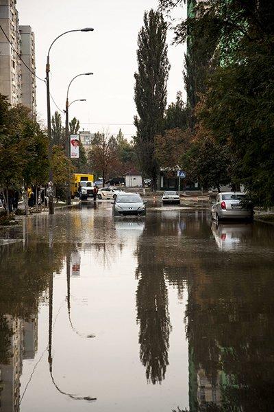 Потоп на Борщаговке: спасатели и полиция вытащили несколько застрявших автомобилистов (ФОТО), фото-2