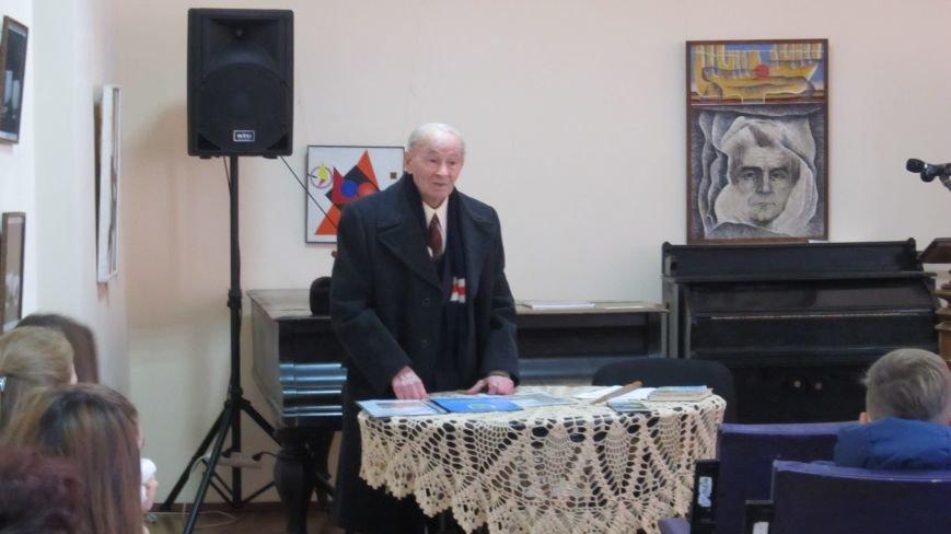 У конотопському краєзнавчому музеї пройшла зустріч школярів з відомим ветераном-поетом Казарцевим, фото-1