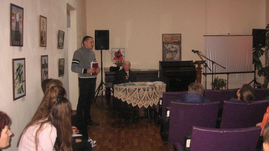 У конотопському краєзнавчому музеї пройшла зустріч школярів з відомим ветераном-поетом Казарцевим, фото-2