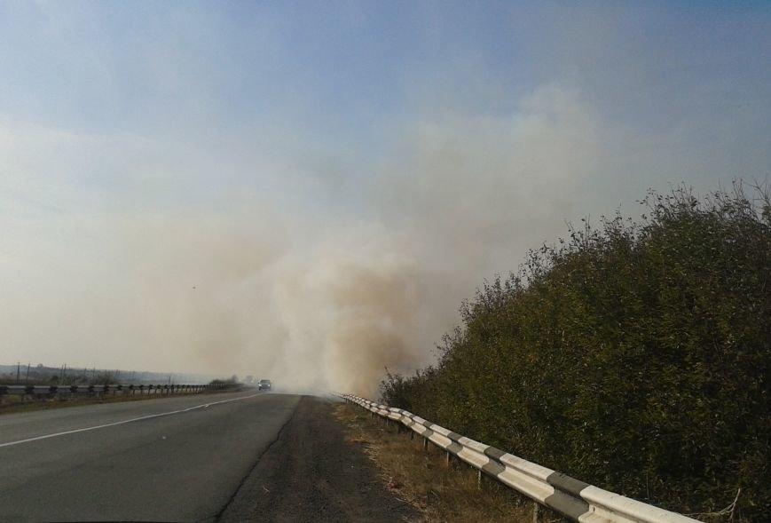 Дым и пламя от горящих полей перекинулись на трассу под Дмитровкой, что привело к столкновению 3-х автомобилей, фото-1