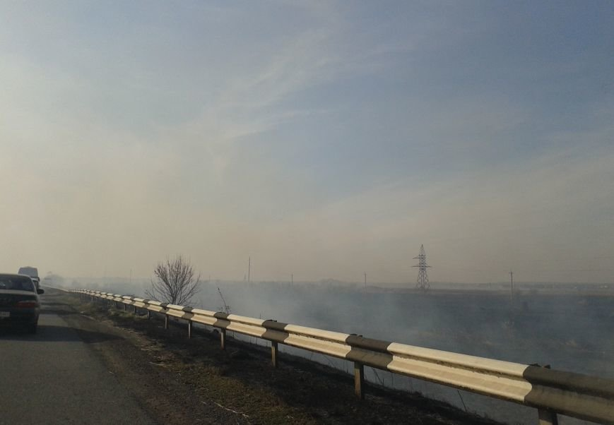 Дым и пламя от горящих полей перекинулись на трассу под Дмитровкой, что привело к столкновению 3-х автомобилей, фото-2
