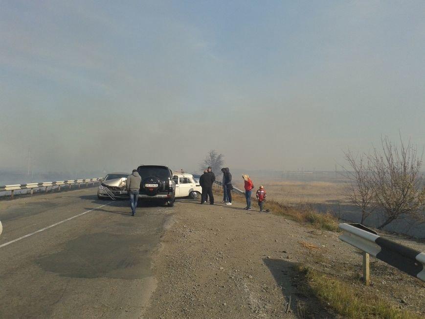 Дым и пламя от горящих полей перекинулись на трассу под Дмитровкой, что привело к столкновению 3-х автомобилей, фото-3
