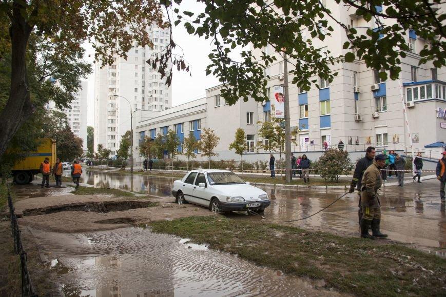 Из-за потопа на Борщаговке образовалась большая яма, в которую едва не провалился автомобиль (ФОТО), фото-5