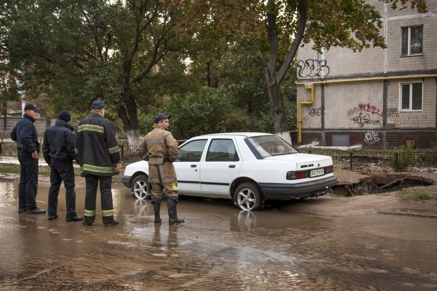 Из-за потопа на Борщаговке образовалась большая яма, в которую едва не провалился автомобиль (ФОТО), фото-3