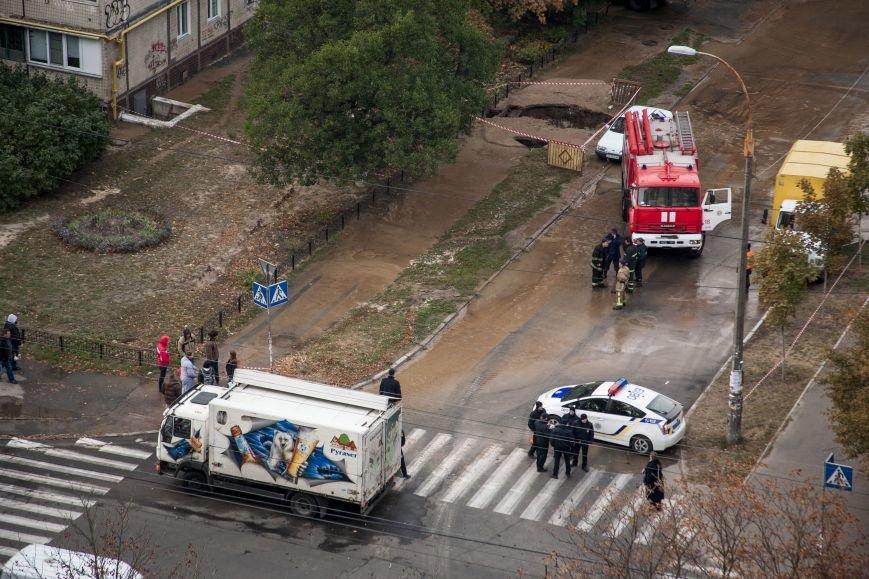 Из-за потопа на Борщаговке образовалась большая яма, в которую едва не провалился автомобиль (ФОТО), фото-1
