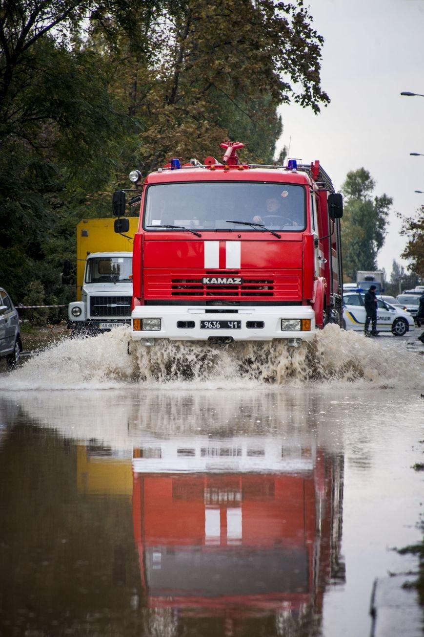 Из-за потопа на Борщаговке образовалась большая яма, в которую едва не провалился автомобиль (ФОТО), фото-6