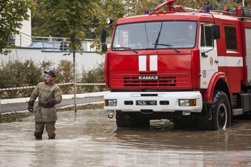 Из-за потопа на Борщаговке образовалась большая яма, в которую едва не провалился автомобиль (ФОТО), фото-7