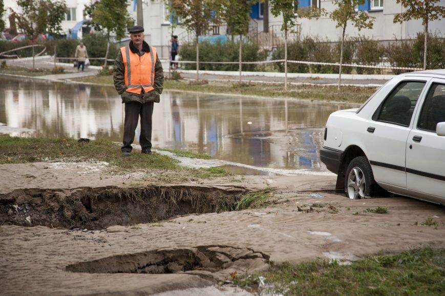 Из-за потопа на Борщаговке образовалась большая яма, в которую едва не провалился автомобиль (ФОТО), фото-4