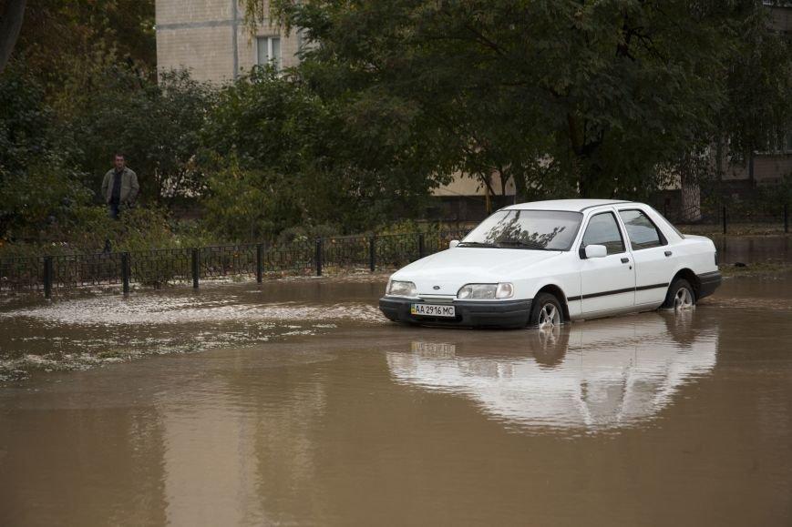 Из-за потопа на Борщаговке образовалась большая яма, в которую едва не провалился автомобиль (ФОТО), фото-2