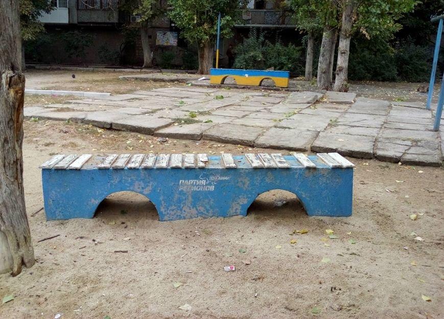 В Николаеве кандидат в депутаты перекрасил «регионовские» скамейки (ФОТО) (фото) - фото 1