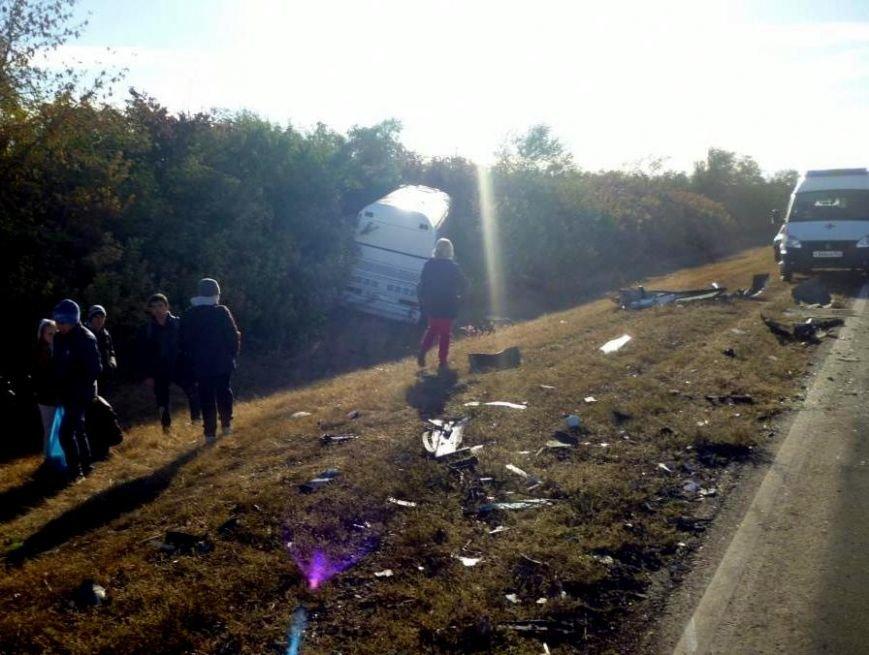 На трассе Ростов–Ставрополь иномарка врезалась в автобус с детьми (фото) - фото 1