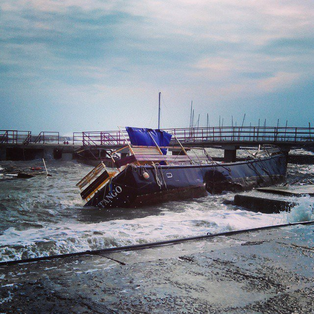 В Одессе шторм разбил яхту (ФОТО) (фото) - фото 1