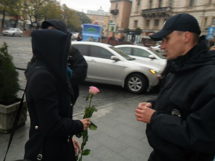 У центрі Львова поліцейські дарують львів'янкам рожеві троянди (ФОТО+ВІДЕО) (фото) - фото 4
